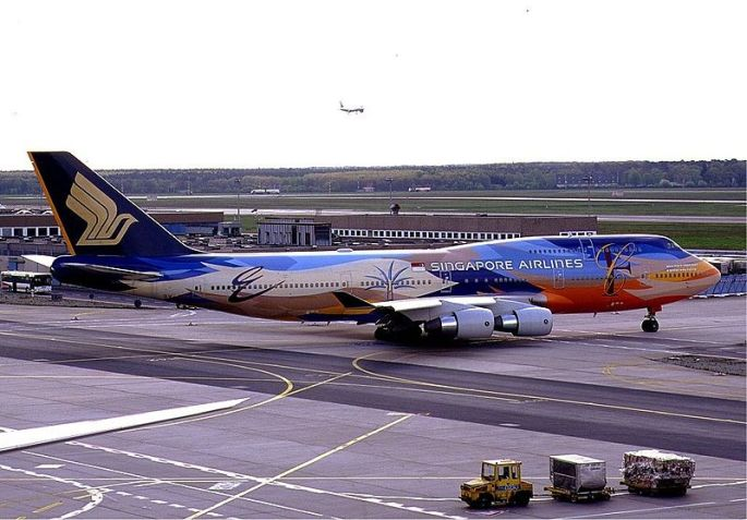 800px-Singapore_Airlines_Boeing_747-400_Tropical_KvW